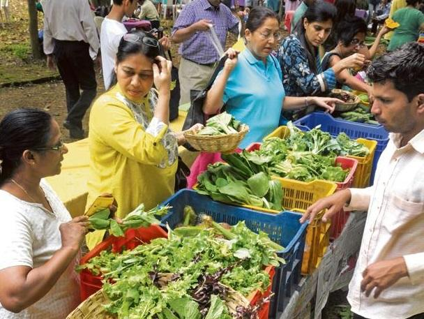 A file photo of customers buying organic vegetables at a farmers' market in Mumbai. Photo: Abhijit Bhatlekar/Mint